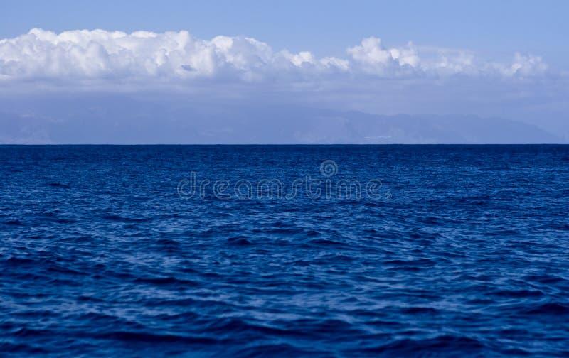 Blauwe water blauwe hemel royalty-vrije stock foto's