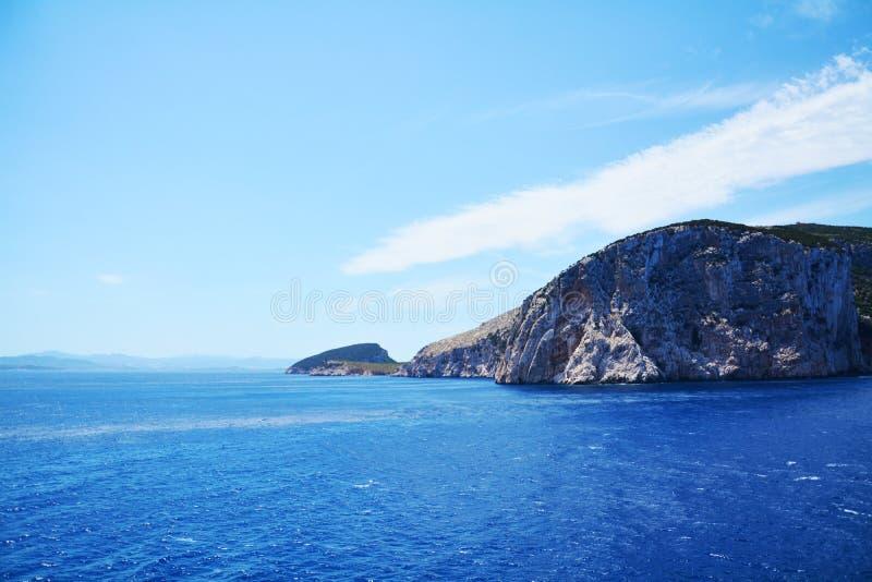 Blauwe water en rotsen in Sardinige, Italië royalty-vrije stock afbeeldingen