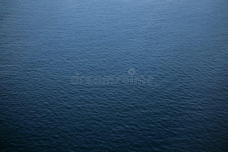 Blauwe water overzeese achtergrond Mening van hierboven royalty-vrije stock foto