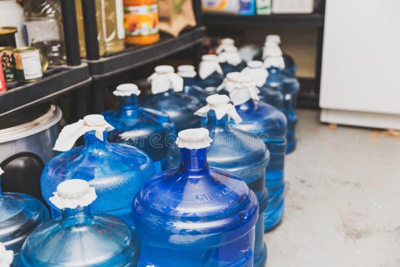 Blauwe Waterflessen in Opslag royalty-vrije stock foto's