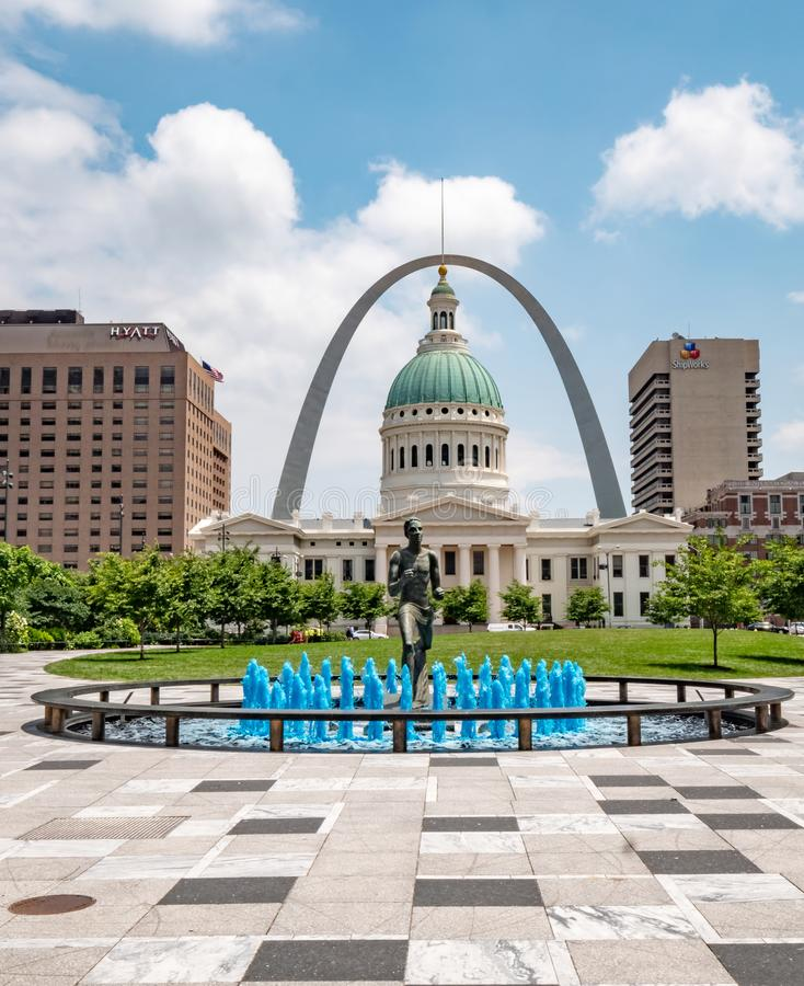 Blauwe waterfontein met Agentstandbeeld bij Kiener-Pleinpark in St.Louis - ST LOUIS, DE V.S. - 19 JUNI, 2019 stock fotografie