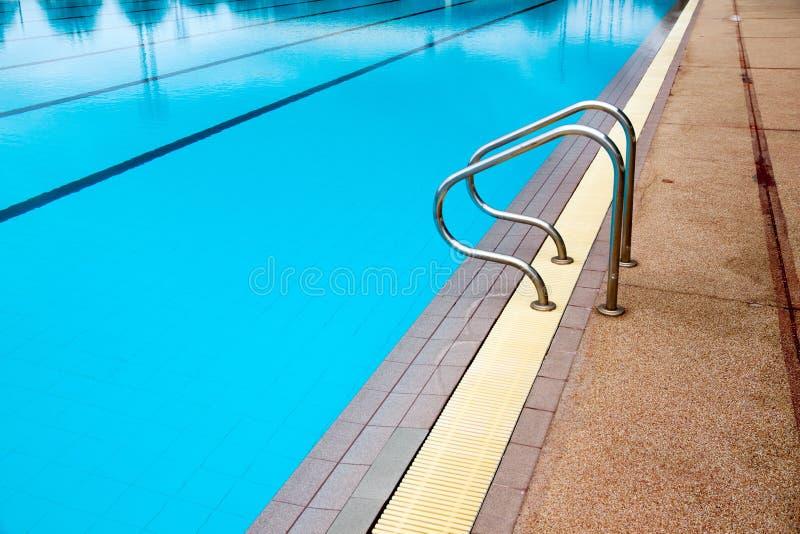 Blauwe watergolf in zwembad stock foto's