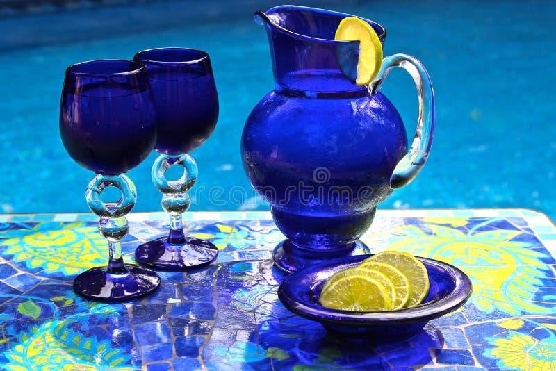 Blauwe Waterkruik met Kalk royalty-vrije stock afbeelding