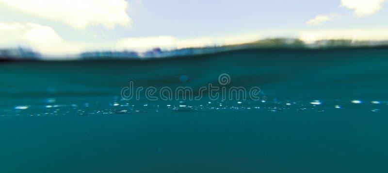 Blauwe Waterspiegel en Hemel, Meer Onderwater Gespleten Foto, boven en onder Waterlijn, Dubbel landschap royalty-vrije stock fotografie