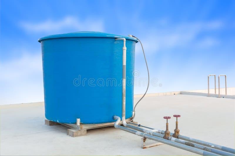 Blauwe watertank de industriële bouw op dak hoogste en blauwe clou stock fotografie