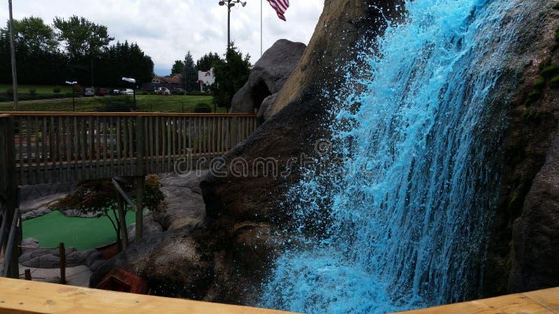 Blauwe waterval op de rotsen stock fotografie