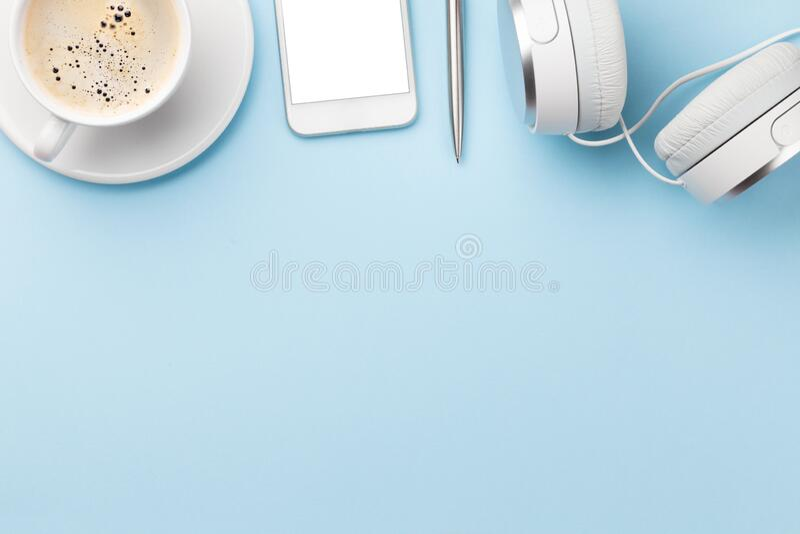 Blauwe werkplek met smartphone en koffie royalty-vrije stock afbeelding