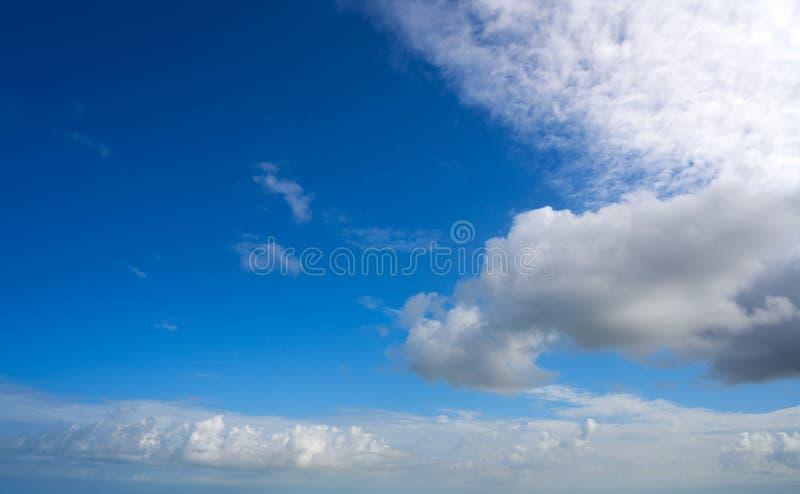 Blauwe witte de cumuluswolken van de de zomerhemel royalty-vrije stock afbeelding