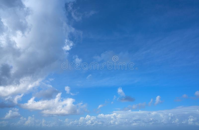 Blauwe witte de cumuluswolken van de de zomerhemel royalty-vrije stock foto
