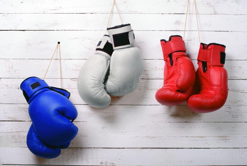 blauwe, witte en rode bokshandschoenen stock fotografie
