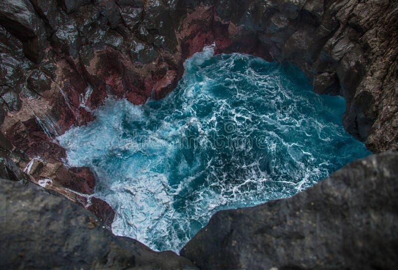 Blauwe woedende golven die in het oceaanhol verpletteren stock afbeelding