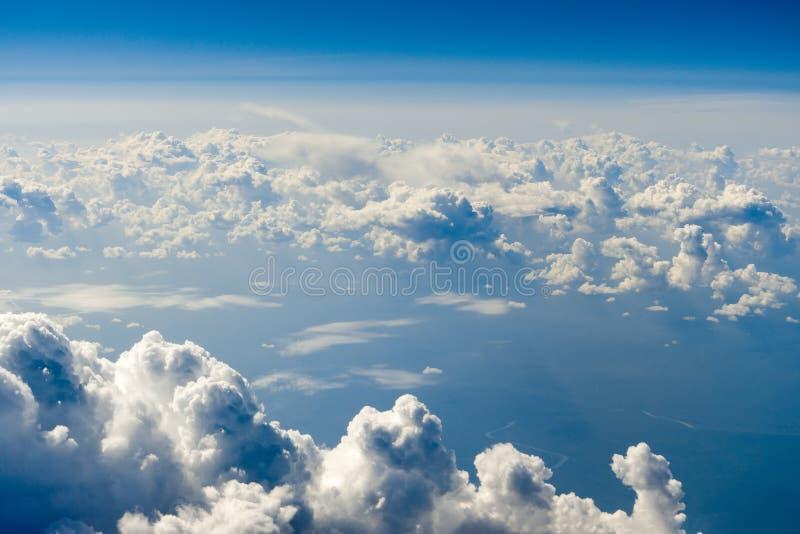 Blauwe wolken hoog boven de grond stock foto