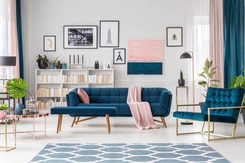 Blauwe woonkamer royalty-vrije stock afbeeldingen