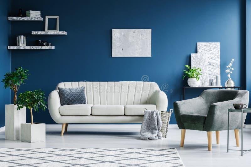 Blauwe woonkamer stock foto