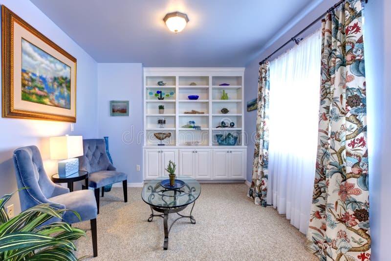 Blauwe woonkamer met twee leunstoelen. royalty-vrije stock afbeelding