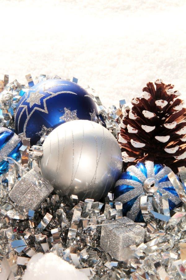 Blauwe zilveren Kerstmis siert Blauwe zilveren Kerstmisornamenten stock foto