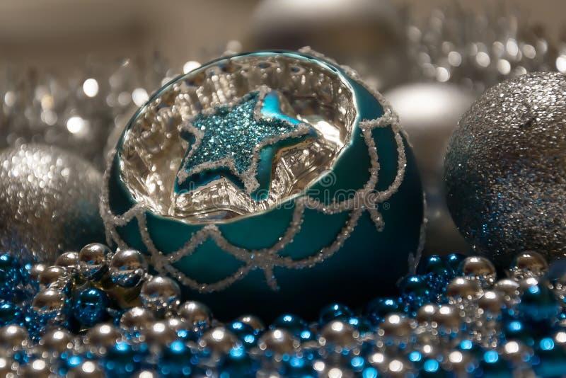 Blauwe Zilveren Kerstmisdecoratie, Kerstmisbal met ster royalty-vrije stock fotografie