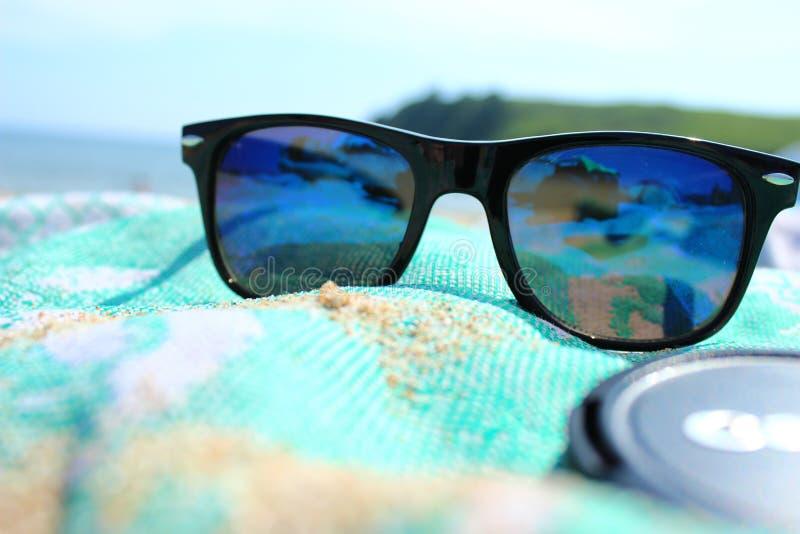 Blauwe zonnebril stock foto's