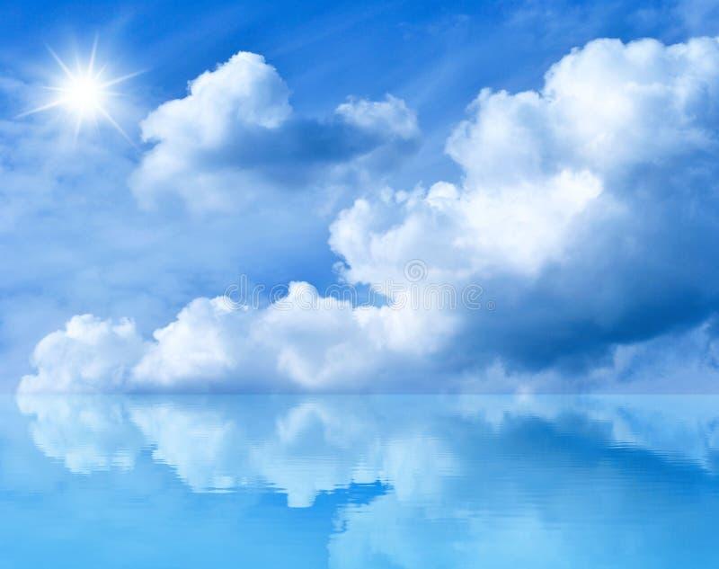 Blauwe zonnige hemel royalty-vrije stock afbeeldingen