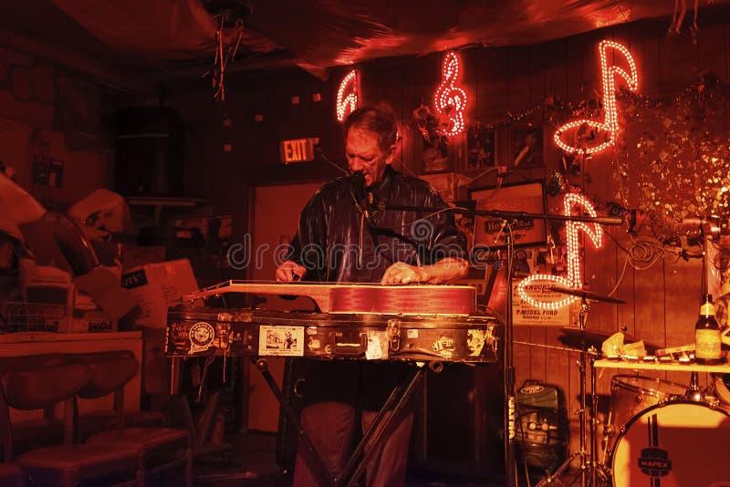 Blauwmusicus het spelen bij de Roodzitkamer in Clarksdale, de Mississippi stock afbeeldingen