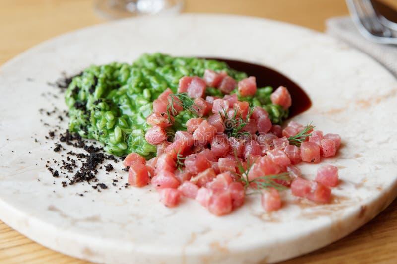 Blauwvintonijnfilet, risotto met kruiden en teriyakisaus royalty-vrije stock afbeeldingen