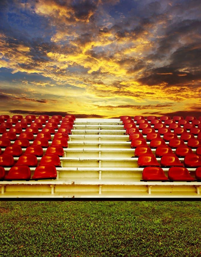 Bleachers vermelhos com céu do por do sol imagens de stock royalty free