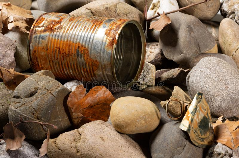 Blechdose auf Pebble- Beachbodennahaufnahme vergeuden stockfoto