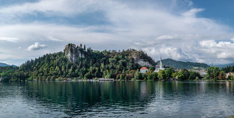 Bled城堡令人惊讶的大全景照片在岩石的 布莱德湖 免版税库存照片