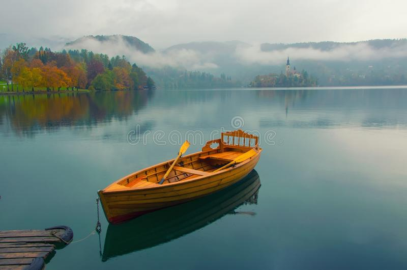 Bled湖,斯洛文尼亚水表面上的偏僻的小船  免版税库存照片