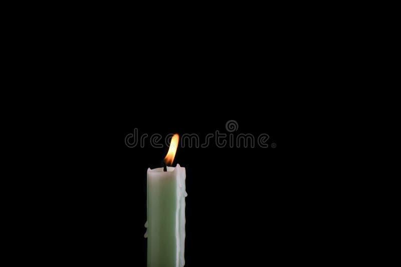 Bleek branden - groene die kaars op een zwarte achtergrond wordt geïsoleerd stock afbeelding