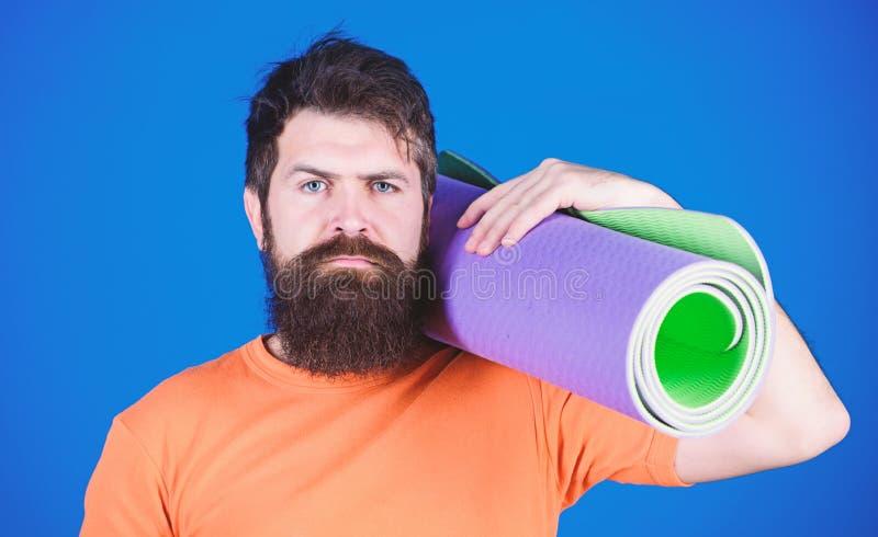 Bleiben flexibel Athletenyogatrainer motiviert f?r die Ausbildung Yogaklassenkonzept Yoga als Hobby und Sport ?ben lizenzfreie stockfotos
