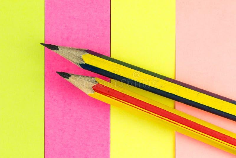 Bleistift auf farbigem Papier lizenzfreie stockfotografie