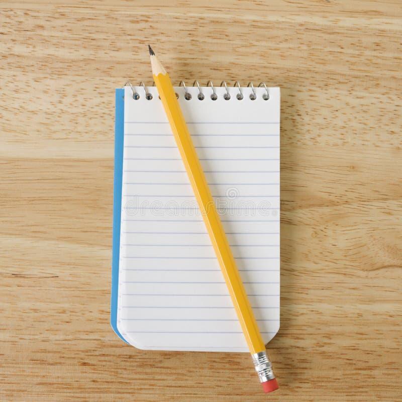 Bleistift auf Notizblock. lizenzfreie stockfotos