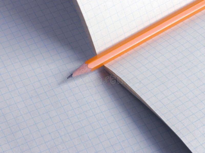 Bleistift auf Papier lizenzfreies stockfoto