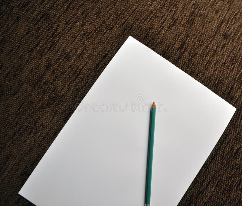 Bleistift auf Weißbuch stockfoto
