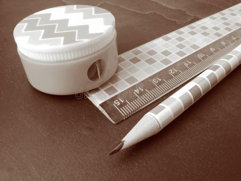 Bleistift, Bleistiftspitzer und Tabellierprogramm stockbilder