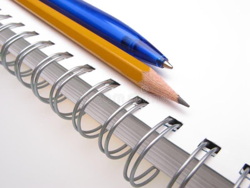 Bleistift, Feder und Notizblock lizenzfreies stockbild