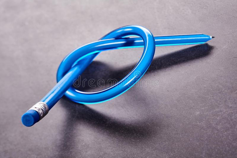 Bleistift gebunden im einfachen Knoten lizenzfreies stockbild