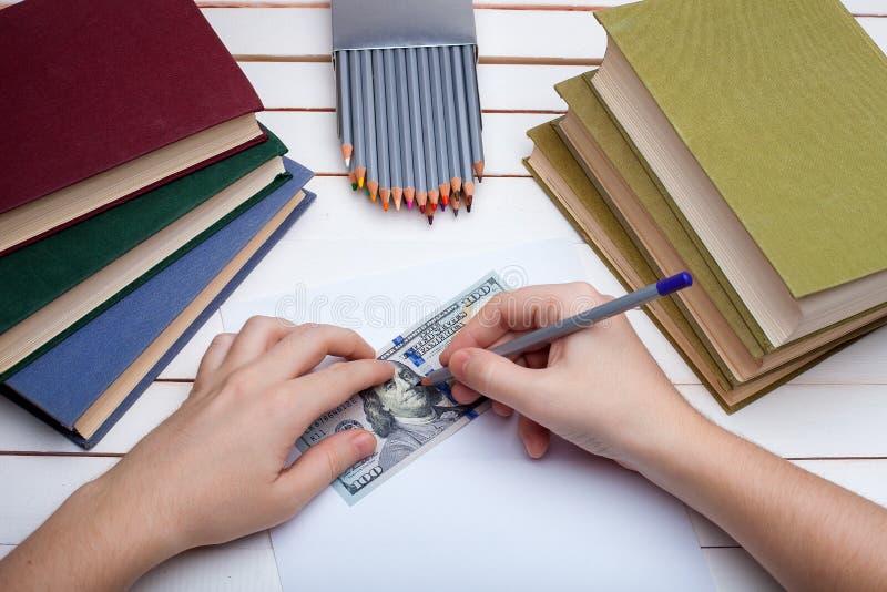 Bleistift im Handabgehobenen betrag auf Papier lizenzfreies stockbild