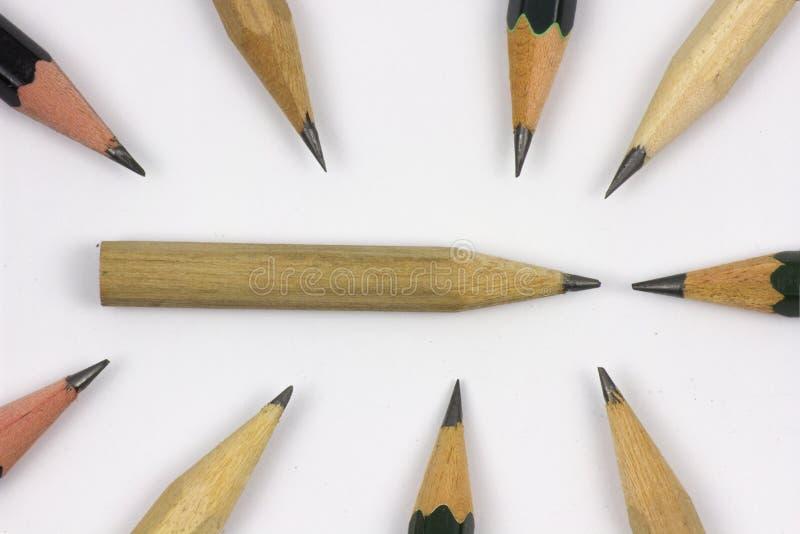 Bleistift mit dem Schärfen auf Weißbuchhintergrund lizenzfreies stockfoto