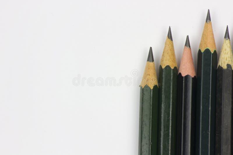 Bleistift mit dem Schärfen auf Weißbuchhintergrund stockfoto