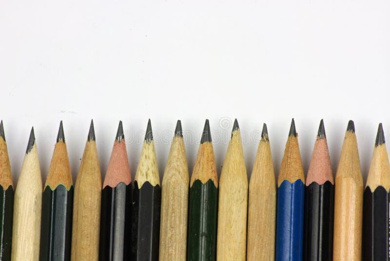 Bleistift mit dem Schärfen auf Weißbuchhintergrund stockbilder