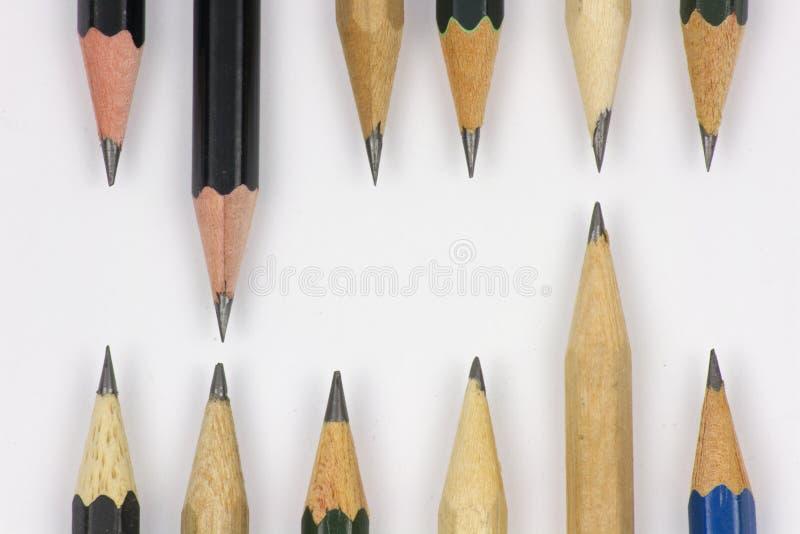Bleistift mit dem Schärfen auf Weißbuchhintergrund stockfotos