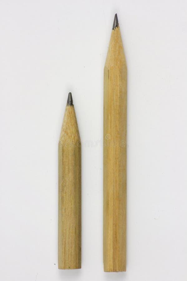 Bleistift mit dem Sch?rfen auf Wei?buchhintergrund stockfotografie