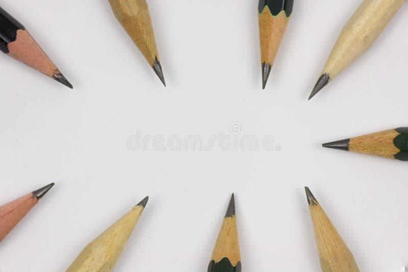 Bleistift mit dem Sch?rfen auf Wei?buchhintergrund lizenzfreie stockfotos
