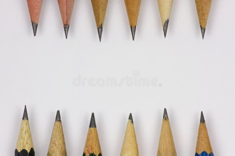 Bleistift mit dem Sch?rfen auf Wei?buchhintergrund stockfoto