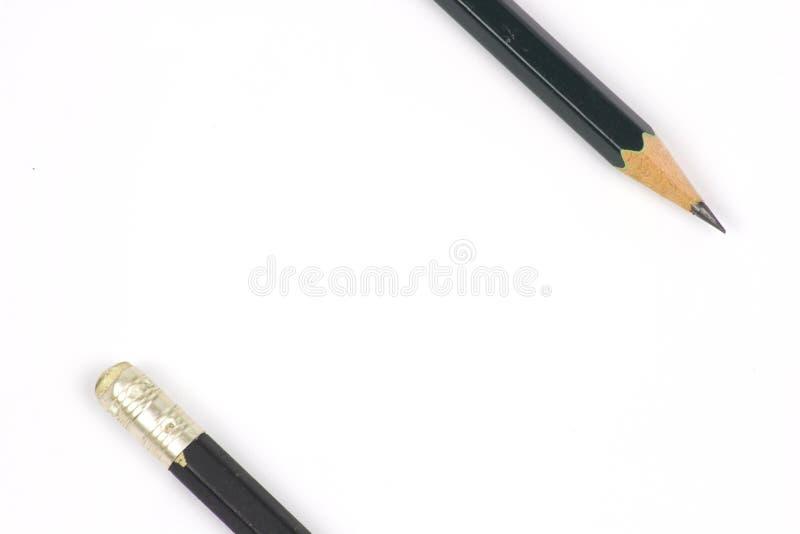 Bleistift mit dem Sch?rfen auf wei?em Hintergrund lizenzfreies stockbild