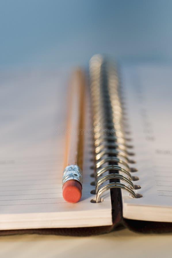 Bleistift mit Notizbuch lizenzfreie stockbilder