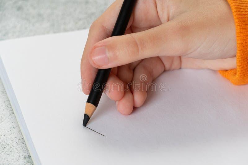 Bleistift schlie?en in der Hand oben stockbild