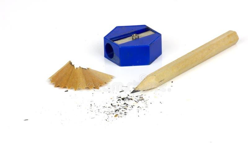 Bleistift und Bleistiftspitzer mit den Schnitzeln lokalisiert auf wei?em Hintergrund lizenzfreie stockfotografie